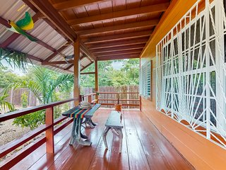Wooden cabana w/shared bbq area & hammocks - walk to town and beach