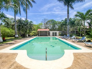 Colorful villas w/ shared pool, gardens and a prime beachfront location!