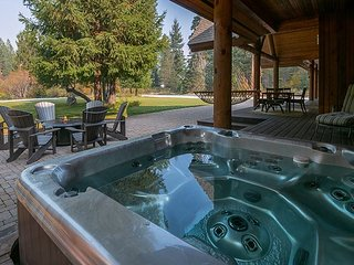 Incredible LODGE LIVING! Private, Hot Tub, WiFi, River Access and more!