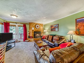 Cozy, dog-friendly condo w/ full kitchen, fireplace & private deck!