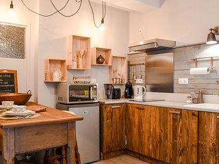 la cuisine : les portes sont en bois de palettes, fabriquées par les jeunes du quartier.