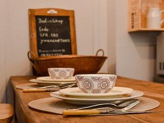 La table : un ancien pétrin chiné en Ardèche