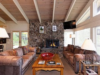 Gorgeous 4BR + Den, Snowmass Home w/ Hot Tub & Views - 100' to Slopes