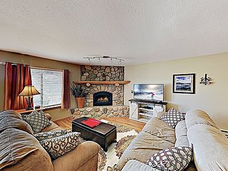 TurnKey - 2BR w/ Private Patio, Mountain Views & Hot Tub - Near Free Shuttle