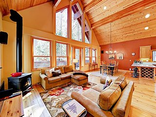 3BR/2.5BA Chalet, Walk to Lake, Sleeps 10