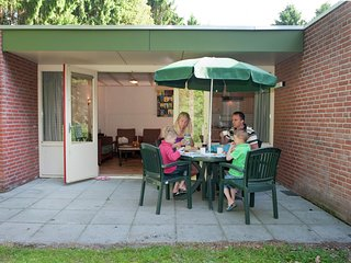 Cosy bungalow with dishwasher in the middle of De Maasduinen
