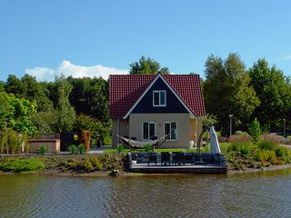 Spacious holiday home with a jacuzzi, 20 km. from Assen