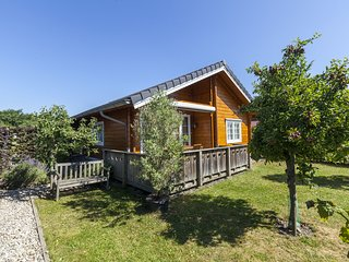 Stylish, wooden chalet with private garden, 500 m from the Eastern Scheldt