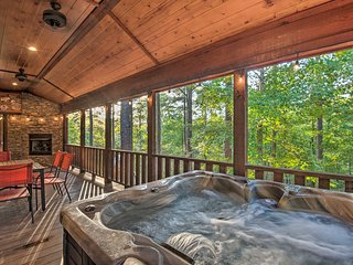 NEW-Secluded Luxe Cabin: Game Loft, Grill, Hot Tub