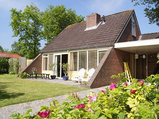 Cosy Holiday Home in Lauwersoog by the Lake