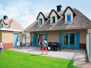 Thatched villa with dishwasher in Julianadorp near the beach
