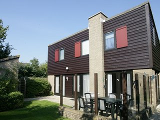 Detached holiday home with dishwasher, located on Texel