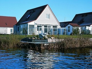 Detached bungalow with dishwasher, directly at the water