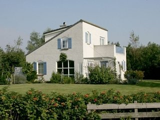 Detached villa with dishwasher and fireplace on Texel