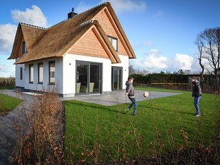 Luxury, thatched wellness villa, close to the sea on Texel