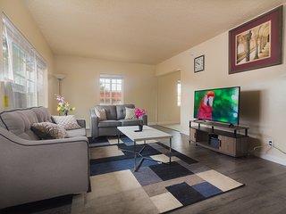 15 Min from Disney! Hot Tub Modern 4 Bedroom Home