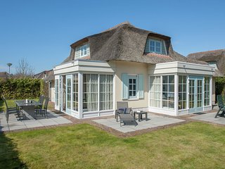 Restyled thatched villa, sea at 1 km. in cosy Domburg