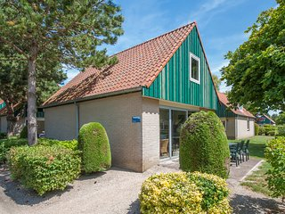 Tidy bungalow with microwave, 3 km. from Renesse and beach