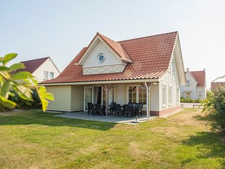 Detached villa with four bathrooms, 400 m. from the beach