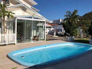 Casa linda, luxuosa e espaçosa, 5 min da praia com piscina