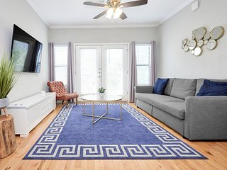 T306 · ★ WOW Party Condo Downtown w/ Pool