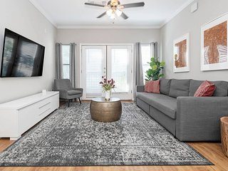 T208 · ★ WOW Party Condo Downtown w/ Pool