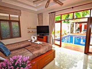 Cozy Private Pool Villa next to Night Market/beach