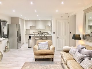 Great Stylish 1 Bed Apartment, Parking, Walking Distance to Gastro Pub
