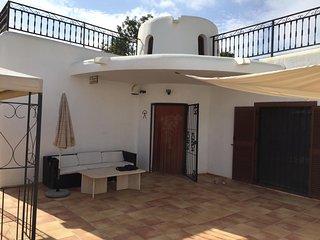 3 bedroom detached villa, communal pool, close to beach