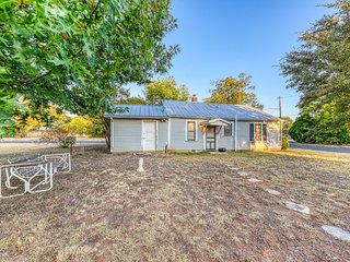 Charming dog-friendly home with full kitchen, easy access to town & wineries!