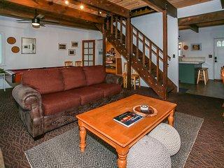~Juniper Creek~Freshly Renovated Central Log Cabin~Pool Table~Fenced Property~