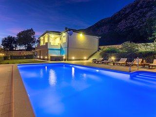 Modern VILLA BEYBE with private pool 50m2 & Jacuzzi, BBQ,free WIFI, 3 bedrooms