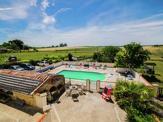 Cozy Holiday Home in Fléac-sur-Seugne with Pool