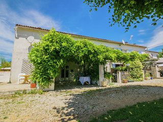 Gîte with shared,heated swimming pool. Ideal for families with young children!