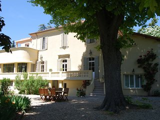 Gite with attached guestroom in stately art-deco villa with pool and park