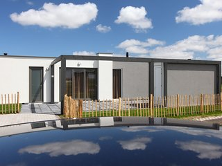 Modern lodge with two bathrooms, 1 km. from the beach