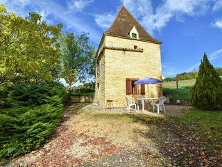 Romantic holiday home in Dégagnac with large garden in historical surroundings