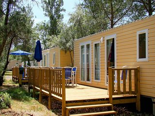 Cozy mobile home in the quaint, green Camargue surroundings