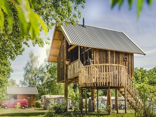 Beautiful treehouse with a terrace, at the river De Regge