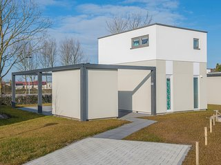 Modern bungalow with two bathrooms, 500 m. from the beach