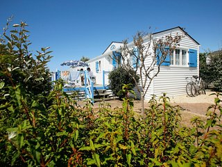 Detached cottage with a terrace 300m from the Atlantic coast