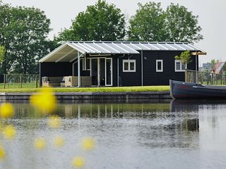 Modern water cottage with microwave, in the Sneekermeer area