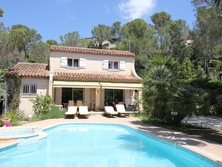 Spacious Villa at Saint-Raphael with Jacuzzi