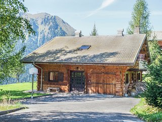 Cosy, charateristic chalet near the Petit Châtel lifts.