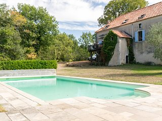 Quaint Holiday Home with Private Pool in Puy-l'Évêque