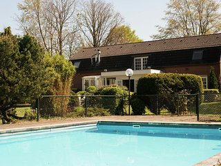 Very spacious country house with outdoor swimming pool, terrace and large garden