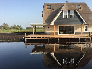 Beautiful, thatched villa with wellness at the Tjeukemeer