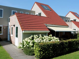 Well-kept holiday home with roof terrace at Veerse Meer