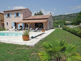 Comfortable holidayhome with private pool and open views, 1 km from Callian