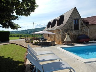 Cozy Holiday Home in Saint-Leon-sur-Vezere with Swimming Pool